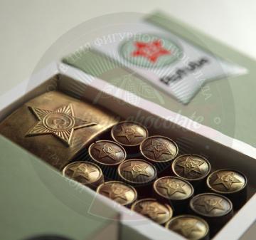 Мужчинам на 23 февраля | АРМЕЙСКИЙ ШОКОЛАД Подарок мужчинам на 23 февраля День Защитника Отечества В наборе 12 шоколадок в виде форменных пуговиц и 1 в виде пряжки (бляхи) армейского ремня. Картонная упаковка из дизайнерской бумаги Брендирование упаковки : наклейка с логотипом компании. Подарок можно дополнить поздравительной открыткой. Размер упаковки: 170х97х22мм Вес нетто: 125 гр.