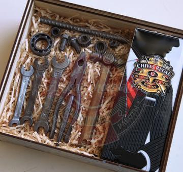 Новогодние подарки с алкоголем корпоративным клиентам. инструменты из шоколада. Подарки на день строителя. новогодние подарки для мужчин.