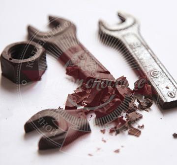Шоколад для детей и взрослых - набор из 9 предметов: молоток, пассатижи, разводной ключ, арматура, 2 гаечных ключа, подшипник, гайка, болт.  Копии настоящих инструментов из  шоколада. Подарочный пенал из дерева. Оформление корпоративном стиле компании. Размер : 270x270x60 мм. Вес нетто: 310 гр.  | День  машиностроителя