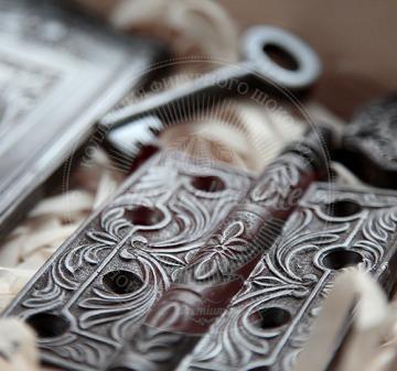 Корпоративные подарки на Новый год | Барельефы из шоколада: дверь, дверная петля, дверная скважина, ключ, вес 210 г. Шоколад темный, содержание какао 54.1% Подарочная упаковка: пенал из фанеры с полноцветной печатью по дереву в корпоративном стиле компании, размер упаковки: 210х210x40мм.