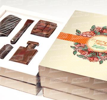 Косметичка из шоколада | КРАСОТКА | Шоколадный набор из 5 предметов: расческа, флакон духов, тени, бигуди и кисть для макияжа.  Шоколад Barry Callebaut (Бельгия), темный, содержание какао 54%. Картонная упаковка с ложементом под каждую фигуру. Полноцветная запечаткой шубера в корпоративном стиле компании. Размер упаковки: 250х220х40мм.  Вес нетто: 330 гр.