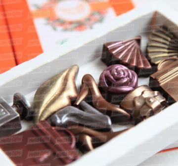 Подарок на 8 марта. В наборе маленькие шоколадки в виде дамских аксессуаров – 11 предметов: большие сумочки - 2 шт., маленькая сумочка, веер – 2 шт., флакончик духов, туфельки - 3 шт., губы и розочка с колорированием (пищевойкраситель). Картонная упаковка, шубер из дизайнерской бумаги, брендирование в виде наклейки с логотипом компании, при больших тиражах возможна полноцветная печать шубера. Любые варианты индивидуального оформления и персонализации: тиснение, УФ лакировка и т.п. Подарок можно дополнить по
