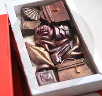 корпоративные подарки на 8 марта| Шоколад с логотипом Клиентам и коллега подарки на 8 марта 2017  шоколадки в виде дамских аксессуаров – 11 предметов: большие сумочки - 2 шт., маленькая сумочка, веер – 2 шт., флакончик духов, туфельки - 3 шт., губы и розочка с колорированием (пищевойкраситель). Картонная упаковка, шубер из дизайнерской бумаги, брендирование в виде наклейки с логотипом компании, при больших тиражах возможна полноцветная печать шубера. Любые варианты индивидуального оформления и персонализаци
