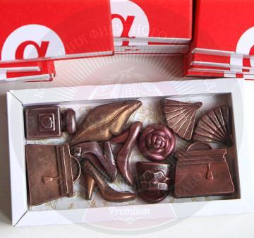 8 марта корпоративные подарки  клиентам | Шоколад с логотипом  Клиентам и коллега подарки на 8 марта 2017  шоколадки в виде дамских аксессуаров – 11 предметов: большие сумочки - 2 шт., маленькая сумочка, веер – 2 шт., флакончик духов, туфельки - 3 шт., губы и розочка с колорированием (пищевойкраситель). Картонная упаковка, шубер из дизайнерской бумаги, брендирование в виде наклейки с логотипом компании, при больших тиражах возможна полноцветная печать шубера. Любые варианты индивидуального оформления и перс