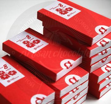 Подарки корпоративным клиентам на 8 марта | Клиентам и коллега подарки на 8 марта 2017  шоколадки в виде дамских аксессуаров – 11 предметов: большие сумочки - 2 шт., маленькая сумочка, веер – 2 шт., флакончик духов, туфельки - 3 шт., губы и розочка с колорированием (пищевойкраситель). Картонная упаковка, шубер из дизайнерской бумаги, брендирование в виде наклейки с логотипом компании, при больших тиражах возможна полноцветная печать шубера. Любые варианты индивидуального оформления и персонализации: тиснени