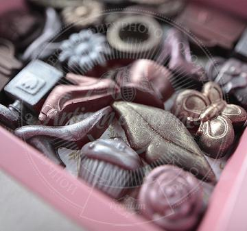 на 8 марта коллегам. Подарки с логотипом. шоколад  с алкоголем