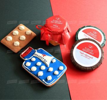 Съедобные подарки медикам с логотипом компании | - Мёд  90 мл. - Имбирный пряник «Лекарство», «Таблетки» ( пряник с логотипом компании) - Прессованный Черный цейлонский чай с ягодами 50 гр. - Прессованный Зеленый китайский чай с ягодами 50 гр.  Размер: 17,5x15x8 см. Вес подарка: 550 г. Брендирование бесплатно