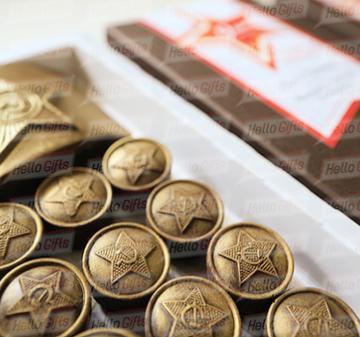 9 Мая  75 лет Победы подарки мужчинам. Набор с алкоголем (фляга с коньяком  0, 25 л.) В наборе 12 шоколадок в виде форменных пуговиц и 1 в виде бляхи армейского ремня.  Брендирование упаковки Подарочный пенал из дерева,  размер коробки 190х190х45 мм.