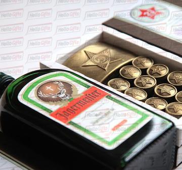 Армейский с алкоголем I Корпоративные подарочные наборы на 23 февраля  | В наборе 12 шоколадок в виде форменных пуговиц и 1 в виде бляхи армейского ремня, нетто: 125 гр.  Брендирование упаковки , «Jagermeister», 0.5 л. логотип покупателя