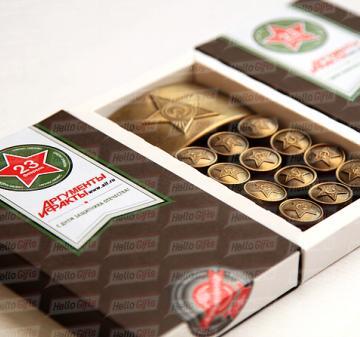 Подарки для мужчин Армейский шоколад В наборе 12 шоколадок в виде форменных пуговиц и 1 в виде пряжки (бляхи) армейского ремня. Картонная упаковка из дизайнерской бумаги Брендирование упаковки : наклейка с логотипом компании. Подарок можно дополнить поздравительной открыткой. Размер упаковки: 170х97х22мм Вес нетто: 125 гр. Корпоративные подарочные наборы коллегам, сотрудникам и клиентам на  23 февраля  День Защитника Отечества