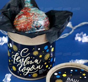 Шоколадные новогодние ёлочные шары Корпоративные подарки  оптом.  Итальянский тёмный шоколад, содержание какао 54%. Вес: 140-150 г, диаметр 10 см. Шар внутри полый. Возможно изготовление шоколадных шаров с начинкой. Упаковка: картонный тубус (брендирование бесплатно). Размер: диаметр 12,2 см, высота 15 см. Вес подарка: 260 г. Изготовим индивидуальные новогодние ёлочные шары из шоколада с барельефом в тематике мероприятия, логотипом вашей компании.