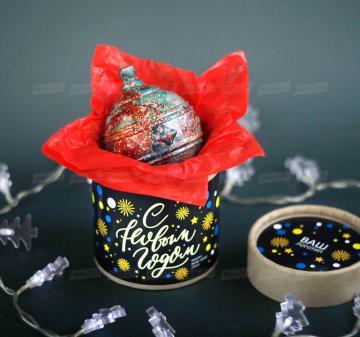 Новогодний ёлочный шар из темного шоколада Итальянский тёмный шоколад, содержание какао 54%. Вес: 140-150 г, диаметр 10 см. Шар внутри полый. Возможно изготовление шоколадных шаров с начинкой. Упаковка: картонный тубус (брендирование бесплатно). Размер: диаметр 12,2 см, высота 15 см. Вес подарка: 260 г. Изготовим индивидуальные новогодние ёлочные шары из шоколада с барельефом в тематике мероприятия, логотипом вашей компании.   Подарки на Новый год 2020