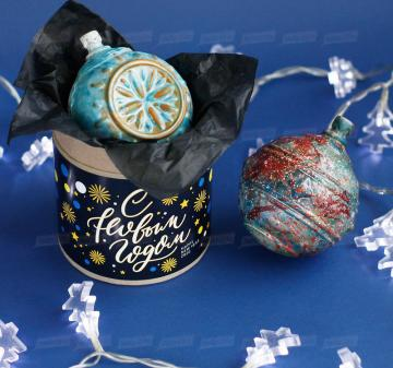 Подарки на Новый год 2020 оптом Новогодний ёлочный шар из темного шоколада Итальянский тёмный шоколад, содержание какао 54%. Вес: 140-150 г, диаметр 10 см. Шар внутри полый. Возможно изготовление шоколадных шаров с начинкой. Упаковка: картонный тубус (брендирование бесплатно). Размер: диаметр 12,2 см, высота 15 см. Вес подарка: 260 г. Изготовим индивидуальные новогодние ёлочные шары из шоколада с барельефом в тематике мероприятия, логотипом вашей компании.