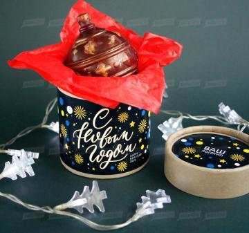 Корпоративные подарки оптом Новогодний ёлочный шар из темного шоколада Итальянский тёмный шоколад, содержание какао 54%. Вес: 140-150 г, диаметр 10 см. Шар внутри полый. Возможно изготовление шоколадных шаров с начинкой. Упаковка: картонный тубус (брендирование бесплатно). Размер: диаметр 12,2 см, высота 15 см. Вес подарка: 260 г. Изготовим индивидуальные новогодние ёлочные шары из шоколада с барельефом в тематике мероприятия, логотипом вашей компании.