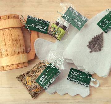 Корпоративным клиентам подарки  оптом | Набор для бани Кружка с резной ручкой ( медведь,  волк и т.д.) от 100 штук  - Деревянная кружка, объем 0,7л (гравировка логотипа) - Колпак банный - Рукавица банная - Масло эфирное 2 шт. - Чайный  с травами (лист чабреца, ежевики, смородины, мелиссы, шалфея, цветы липы и мяты, лепестки подсолнечника и плоды рожкового дерева – 70 гр. - Крафт коробка, брендирование бесплатно. Размер: 25,5x21,5x11 см. Вес подарка: 780 г.