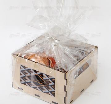 кофейный набор |  Подарочная упаковка с логотипом компании | - Турка медная со съемной ручкой, 0,5 л - Кофе в зернах, 100 гр - Имбирные пряники «Звездочки» - 2 шт - Миндаль в глазури «Жемчуг», 150 гр - Фундук в глазури «Серебро», 150 гр - Деревянная игрушка «Ангел» - Деревянный ящик из фанеры с полноцветной печатью. Размер: 200х200х120мм. Вес подарка: 1200 г.  Минимальный тираж – 40 шт.