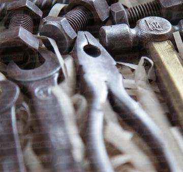 Шоколад с алкоголем на новый год -набор из 9 предметов: молоток, пассатижи, разводной ключ, арматура, 2 гаечных ключа, подшипник, гайка, болт.  Копии настоящих инструментов из  шоколада. Подарочный пенал из дерева. Оформление корпоративном стиле компании. Размер : 270x270x60 мм. Вес нетто: 310 гр.  | День строителя