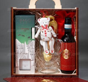 Корпоративные подарки сотрудникам оптом | - Вино красное 250 мл - Бокал для глинтвейна - Специи для глинтвейна в мешочке 30 г - Рецепт приготовления глинтвейна - Ёлочная игрушка «Мишка», дерево 14 см - Ароматический диффузор для дома «Christmas tree» 90 мл - Марципановая буханка Zentis Marzipan 100 г - Упаковка: чемоданчик из дерева с полноцветной печатью, брендирование бесплатно