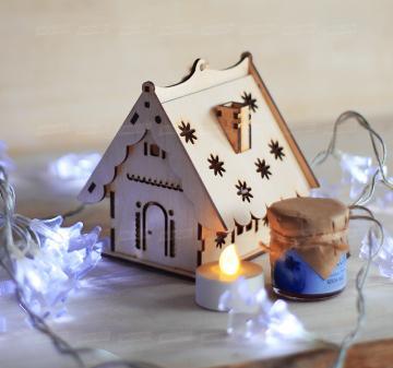 Корпоративные подарки на Новый год 2020 |  Ёлочная игрушка домик-подсвечник (брендирование на крыше домика) - Светодиодная греющая свеча - Батарейка - Крем-мед с голубикой 40 мл (возможны другие вкусы) - Размер: 11х11х11см. Вес подарка: 210г.