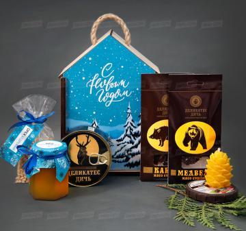 Корпоративные подарки к праздникам для мужчин | - Тушеное мясо оленя 325 г - Сушеное мясо медведя, 35 г - Сушеное мясо кабана, 35 г - Мёд натуральный 200 мл. - Орех кедровый 100 г - Cвеча «Кедровая шишка» из пчeлинoго воска - Чай черный прессованный с добавлением ягод 50 г - Подарочный футляр для подарков из дерева «Дом», фанера 5 мм. Брендирование бесплатно. Оформление в корпоративном стиле компании. Размер: 18х26х11 см. Вес подарка: 1620 г.
