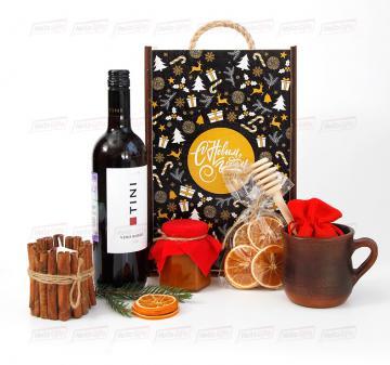 Глинтвейн | Подарки на новый год 2021 деловым партнерам |- Красное сухое вино 0,75 л. - Кружка глиняная 0,3 л. - Декоративная свеча с корицей- Мёд 200 мл. - Ложка для меда - Сушеный апельсин, 30 г . - Специи для глинтвейна в мешочке 30 г. - Рецепт приготовления глинтвейна - Подарочный футляр из дерева (брендирование бесплатно). Размер: 230x320х120мм.