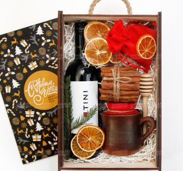 Корпоративные подарки Новый год 2021 партнерам по бизнесу |  Красное сухое вино 0,75 л. - Кружка глиняная 0,3 л. - Декоративная свеча с корицей- Мёд 200 мл. - Ложка для меда - Сушеный апельсин, 30 г . - Специи для глинтвейна в мешочке 30 г. - Рецепт приготовления глинтвейна - Подарочный футляр из дерева (брендирование бесплатно). Размер: 230x320х120мм.