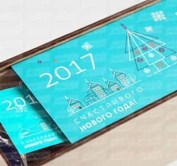 Корпоративные бизнес подарки на Новый 2018 год в Москве | Набор для глинтвейна mini |  Бокал для глинтвейна - Специи в мешочке- Мед в стеклянной баночке 0,035 гр. или сахар карамельный на палочке (белый или коричневый) 1 шт.- Рецепт приготовления глинтвейна -Деревянная игрушка  символ 2018 года - Пенал из фанеры с полноцветной печатью. Размер: 220х105х85мм | Наполнение подарка может быть скорректировано с учетом Ваших предпочтений и бюджета. | Минимальный тираж – 30 шт. | Срок изготовления – 3 недели. | ГЛИ