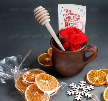 Корпоративные подарки клиентам на Новый год 2020 | - Кружка глиняная 0,3 л . - Мёд  200 мл. - Ложка для меда - Сушеный апельсин, 30 г  - Специи для глинтвейна в мешочке 30 г - Рецепт приготовления глинтвейна - Деревянная новогодняя ёлочная игрушка 1 шт.