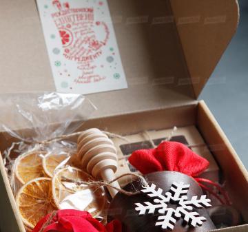 Корпоративные подарки клиентам на Новый год сотрудникам | - Кружка глиняная 0,3 л - Набор конфет ручной работы 6 шт. - Мёд в стеклянной баночке 200 мл. - Ложка для меда - Сушеный апельсин, 30 г (cушка при t 36 градусов, сохранены все витамины и полезные свойства фрукта) - Специи для глинтвейна в мешочке 30 г - Рецепт приготовления глинтвейна - Деревянная новогодняя ёлочная игрушка 1 шт. - Крафт коробка с брендированым шубером. Размер: 22x21x11 см. Вес подарка: 1600 г.