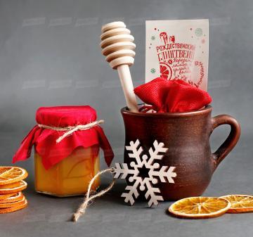 Корпоративные подарки клиентам на Новый год 2020 | - Кружка глиняная 0,3 л - Набор конфет ручной работы 6 шт. - Мёд в стеклянной баночке 200 мл. - Ложка для меда - Сушеный апельсин, 30 г (cушка при t 36 градусов, сохранены все витамины и полезные свойства фрукта) - Специи для глинтвейна в мешочке 30 г - Рецепт приготовления глинтвейна - Деревянная новогодняя ёлочная игрушка 1 шт. - Крафт коробка с брендированым шубером. Размер: 22x21x11 см. Вес подарка: 1600 г.