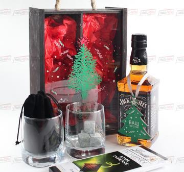 кейс с алкоголем Подарочный набор для мужчин Мужской набор для  виски с бокалами и камнями для охлаждения напитка.Цена при заказе от 100 штук — 2295-00 руб. (без стоимости алкоголя)- Стаканы для виски 2 шт.  - Камни для виски (стеатит), 9 шт. в бархатном мешочке.- Шоколад Lindt Excellence Lime Intense Dark с лаймом 100г.- Деревянная игрушка 1 шт.- Тонированный пенал из дерева с прозрачной крышкой из оргстекла с полноцветной печатью (оформление в корпоративном стиле Вашей компании). Размер: 270х185х115мм. Ве