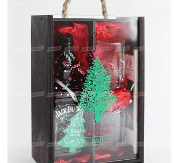 Подарки с логотипом на праздникиМужской набор для  виски с бокалами и камнями для охлаждения напитка.Цена при заказе от 100 штук — 2295-00 руб. (без стоимости алкоголя)- Стаканы для виски 2 шт.  - Камни для виски (стеатит), 9 шт. в бархатном мешочке.- Шоколад Lindt Excellence Lime Intense Dark с лаймом 100г.- Деревянная игрушка 1 шт.- Тонированный пенал из дерева с прозрачной крышкой из оргстекла с полноцветной печатью (оформление в корпоративном стиле Вашей компании). Размер: 270х185х115мм. Вес подарка: 20