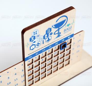 Фармацевтам и медикам подарки оптом | Вечный календарь 24х17,5 см. Корпоративный подарок медикам и фармацевтам, на любое событие,  в любое время года! C помощью движущейся панели выбираете раз в месяц нужную дату и пользуетесь календарем до конца выбранного периода, передвигая числовой курсор. Брендирование бесплатно
