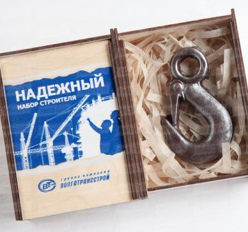 Крюк такелажный из шоколада | Подарки строителям |Шоколадный набор,  1 предмет: крюк такелажный - 55 гр. (Точная копия изготовленная из шоколада) Упаковка: пенал из фанеры с полноцветной печатью, оформление в корпоративном стиле Вашей  компании. Наполнитель – стружка из пищевого пергамента. Размер упаковки: 90х120х25мм.  Подарок можно дополнить поздравительной открыткой. Мин. заказ от 30 наборов.    Изготовим по Вашему ТЗ любую деталь, механизм,  инструменты из школада с логотипом компании.    Доставим пода