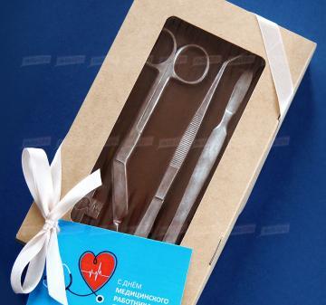 Шоколад  с орехами  Барельеф с медицинским инструментами.   подарки медикам и фармацевтам | Оригинальные подарки медику | Плитка из темного шоколада с орешками. (кешью, миндаль или фундук). Размер плитки 10х17,5 см, вес 200 гр.Шоколад Barry Callebaut (Бельгия) темный, содержание какао 54%. Упаковка: коробка ЭКО-крафт с окошком 20х12х4 см. Бесплатное брендировние упаковки