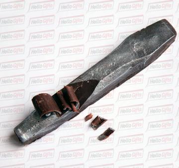 Новогодние подарки в фирменном стиле компании  Копии инструментов из шоколада:  кувалда, зубило, строительный крюк и строительная каска. Упаковка с ложементом под каждую фигуру.  Оформление коробки в корпоративном стиле компании. Размер упаковки: 250х220х40мм.  Вес нетто: 330 гр.  СТРОИТЕЛЬ | Шоколадные инструменты
