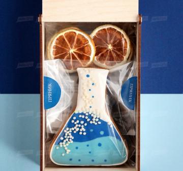 подарки оптом медикам и химикам с логотипом  Крупнолистовой чай «Таёжный-премиум» (китайский чай пуэр, индийский императорский чай ассам, листья мяты, ягоды можжевельника), 50 гр. - Имбирный пряник « Химическая колба» (  пряник с логотипом компании) - Дегидрированный лимон, 10 гр (cушка при t 36 градусов, сохранены все витамины и полезные свойства фрукта) - Упаковка   из дерева с гравировкой, брендирование бесплатно.  19x11х6,5 см. Вес подарка: 280 г.