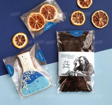 корпоративные подарки |  Крупнолистовой чай «Таёжный-премиум» (китайский чай пуэр, индийский императорский чай ассам, листья мяты, ягоды можжевельника), 50 гр. - Имбирный пряник « Химическая колба» (  пряник с логотипом компании) - Дегидрированный лимон, 10 гр (cушка при t 36 градусов, сохранены все витамины и полезные свойства фрукта) - Упаковка   из дерева с гравировкой, брендирование бесплатно.  19x11х6,5 см. Вес подарка: 280 г.
