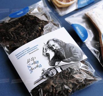 Чай с логотипом компании на День Химика |  Крупнолистовой чай «Таёжный-премиум» (китайский чай пуэр, индийский императорский чай ассам, листья мяты, ягоды можжевельника), 50 гр. - Имбирный пряник « Химическая колба» (  пряник с логотипом компании) - Дегидрированный лимон, 10 гр (cушка при t 36 градусов, сохранены все витамины и полезные свойства фрукта) - Упаковка   из дерева с гравировкой, брендирование бесплатно.  19x11х6,5 см. Вес подарка: 280 г. | корпоративные подарки