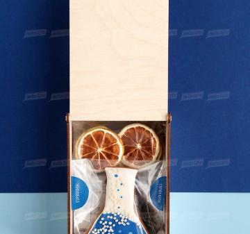 корпоративные подарки  Крупнолистовой чай «Таёжный-премиум» (китайский чай пуэр, индийский императорский чай ассам, листья мяты, ягоды можжевельника), 50 гр. - Имбирный пряник « Химическая колба» (  пряник с логотипом компании) - Дегидрированный лимон, 10 гр (cушка при t 36 градусов, сохранены все витамины и полезные свойства фрукта) - Упаковка   из дерева с гравировкой, брендирование бесплатно.  19x11х6,5 см. Вес подарка: 280 г.
