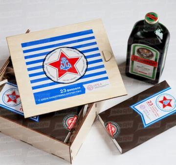 23 февраля 2020 | ИРП с логотипом Морской с алкоголем | 12 шоколадок в виде форменных пуговиц  ВМФ и 1 в виде  бляхи флотского ремня. 125 гр. Брендирование . Комплектуется любым алкоголем в зависимости от Ваших пожелани. Упаковка ящик из дерева с полноцветной печатью.  200х210х70мм.