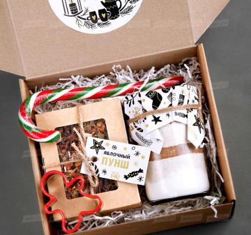 Корпоративные подарки на Новый год 2020 | - Смесь для выпечки имбирного печенья  на 10-12 средних печений. - Чай «Яблочный пунш» 70 г - Форма для печенья 1 шт. - Карамельная «Трость» | Подарки на Новый год корпоративным клиентам