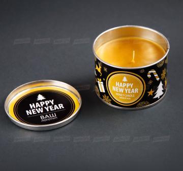 Новогодняя сувенирная продукция оптом.  Cвеча из 100% натурального пчелиного воска в металлической баночке. Размеры свечей: диаметр 10 см, высота 6 см; диаметр 8,5 см, высота 6,5 см. Оформление свечи в тематике праздника, брендирование бесплатно.  Полезные подарки и сувениры на Новый год | СВЕЧА ИЗ ПЧЕЛИНОГО ВОСКА  В ЖЕСТЯНОЙ БАНОЧКЕ