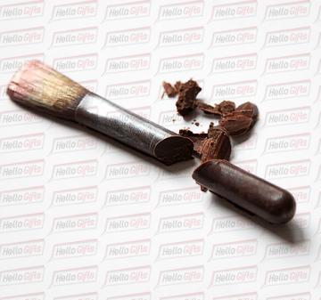 Шоколадный набор из 5 предметов: расческа, флакон духов, тени, бигуди и кисть для макияжа.  Шоколад Barry Callebaut (Бельгия), темный, содержание какао 54%. Картонная упаковка с ложементом под каждую фигуру. Полноцветная запечаткой шубера в корпоративном стиле компании. Размер упаковки: 250х220х40мм.  Вес нетто: 330 гр.  Косметичка из шоколада | КРАСОТКА