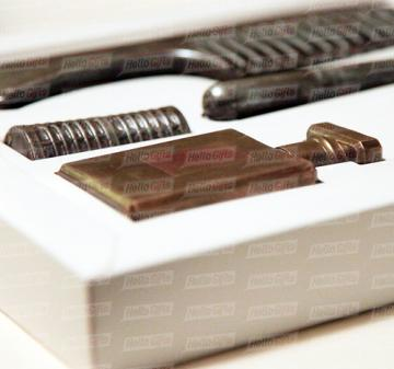 Косметичка из шоколада | Шоколадный набор из 5 предметов: расческа, флакон духов, тени, бигуди и кисть для макияжа.  Шоколад Barry Callebaut (Бельгия), темный, содержание какао 54%. Картонная упаковка с ложементом под каждую фигуру. Полноцветная запечаткой шубера в корпоративном стиле компании. Размер упаковки: 250х220х40мм.  Вес нетто: 330 гр.