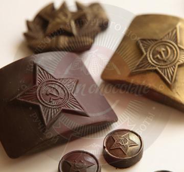 Корпоративные подарки для мужчин на 23 февраля 12 шоколадок в виде форменных пуговиц и 1 в виде бляхи армейского ремня. Брендирование упаковки 170х97х22мм/ Вес нетто: 125 гр.