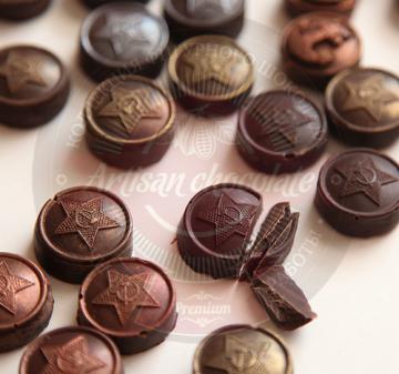 Подарок мужчинам на 23 февраля оптом / 12 шоколадок в виде форменных пуговиц и 1 в виде бляхи армейского ремня. Брендирование упаковки 170х97х22мм/ Вес нетто: 125 гр.