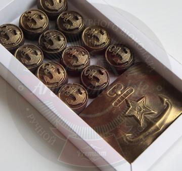 Шоколад с коньяком для моряков. Набор из шоколада для мужчин на 23 февраля День Защитника Отечества. В наборе 12 шоколадок в виде морских  форменных пуговиц и 1 в виде бляхи флотского ремня.  Брендирование упаковки бесплатно. Размер упаковки: 170х97х22мм Вес нетто: 125 гр.
