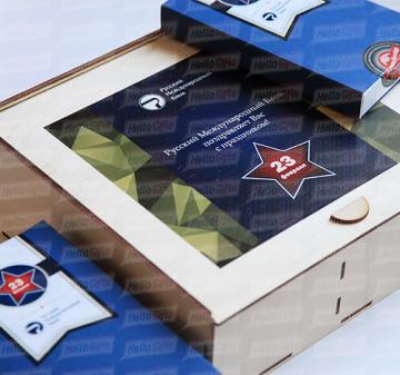 Корпоративные подарочные наборы на 23 февраля  | В наборе 12 шоколадок в виде форменных пуговиц и 1 в виде бляхи армейского ремня, нетто: 125 гр.  Брендирование упаковки , «Jagermeister», 0.5 л. логотип покупателя