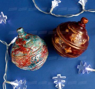 Новогодний ёлочный шар из темного шоколада с авторской росписью.